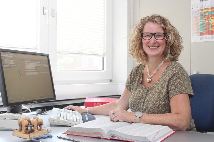Sekretärin arbeiten am Schreibtisch