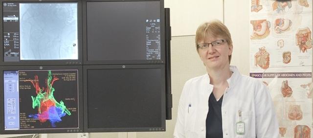Christel Vockelmann vor Radiologie-Geraeten