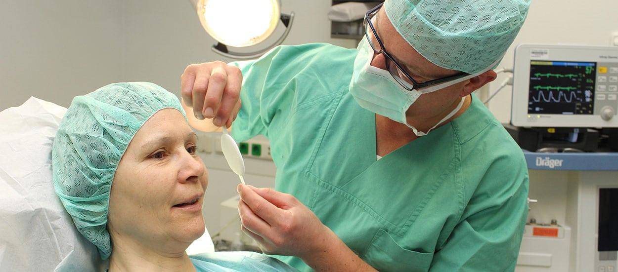 Arzt behandelt Patienten am Auge in der Augenbelegabteilung