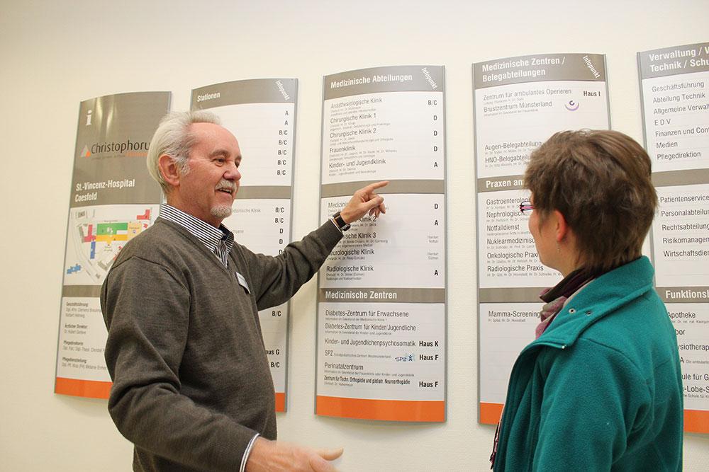 Patientenbegleiter erklärt die medizinischen Abteilungen im Krankenhaus